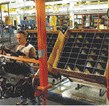 Reusable, custom packging along automotive assembly line