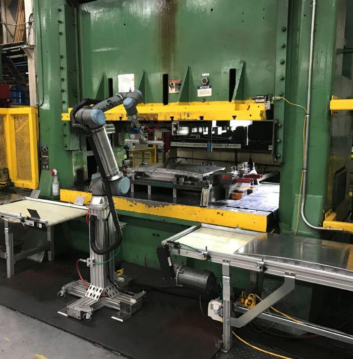 Cobots-baseplate-press-tending